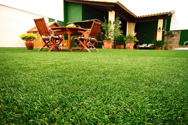 Césped-artificial-ideal-para-decorar-el-jardin-en-verano Pavimentos Arquiservi