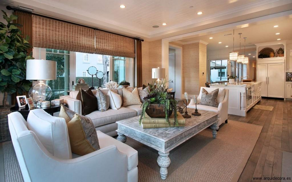 Sala de estar con suelo de madera envejecido y alfombra de sisal