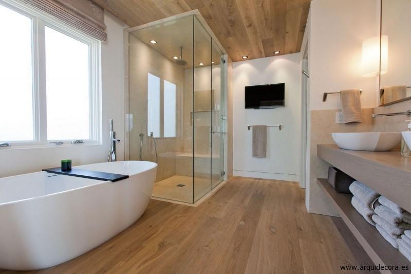 baño con tarima vinílica en clic acabado roble