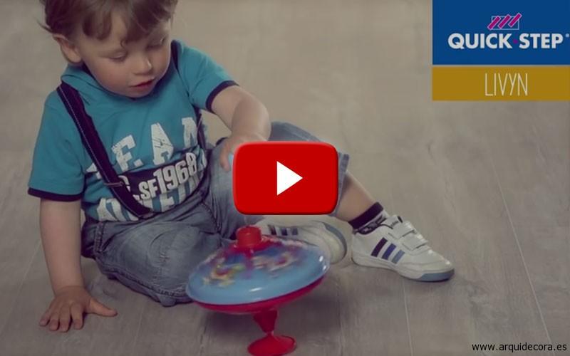 Niño jugando en una tarima vinílica en clic Livyn de QuickStep