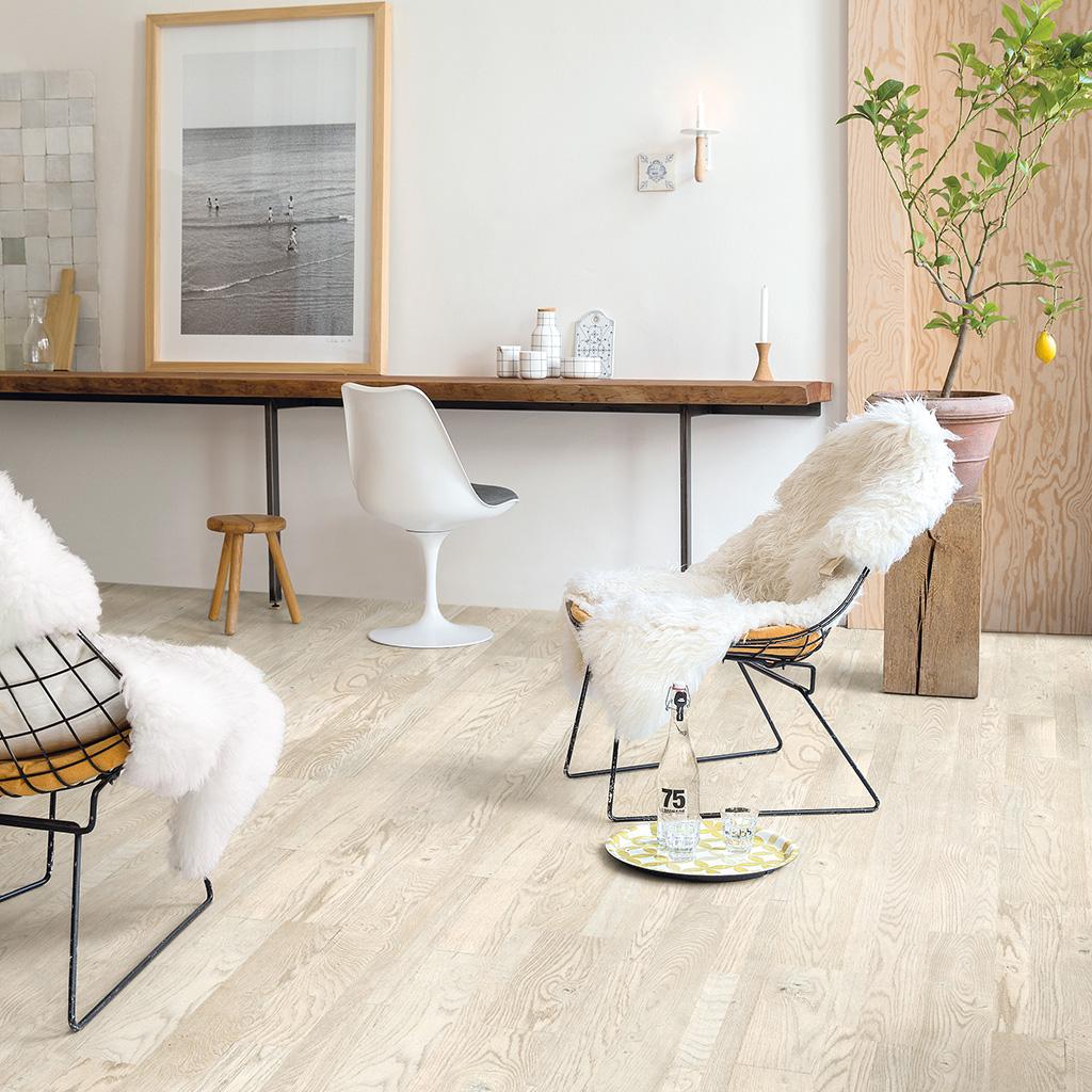 Habitación casa con suelo madera natural Quick-step variano acabado aceitado pavimentos arquiservi