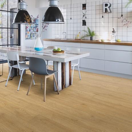cocina con suelo laminado roble bosque natural coleccion majestic quick-step pavimentos arquiservi