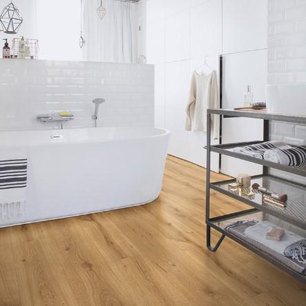 baño con suelo laminado roble desierto calido natural coleccion majestic quick-step pavimentos arquiservi