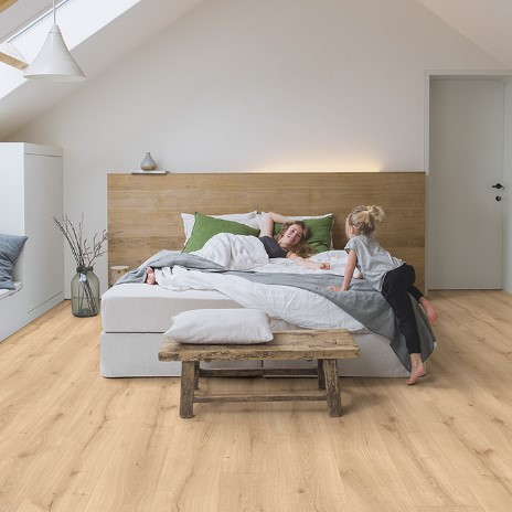 habitación con suelo laminado roble desierto claro natural coleccion majestic quick-step pavimentos arquiservi