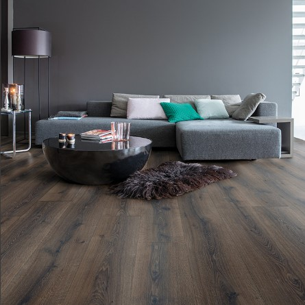 salon con suelo laminado roble desierto marron claro coleccion majestic quick-step pavimentos arquiservi