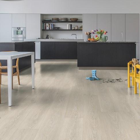 cocina con suelo laminado roble valle beige claro coleccion majestic quick-step pavimentos arquiservi