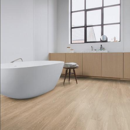 baño con suelo laminado roble valle marron claro coleccion majestic quick-step pavimentos arquiservi