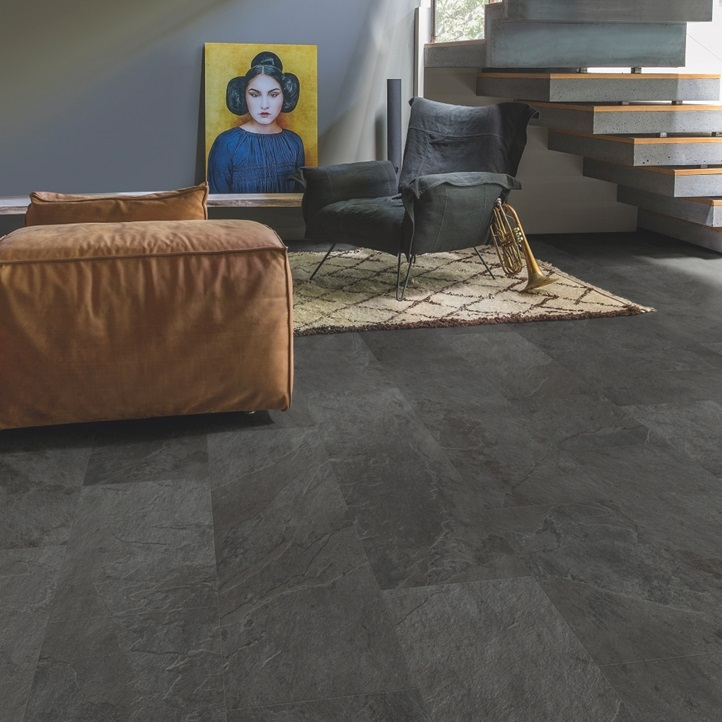 suelo de vinilo con acabado oscuro